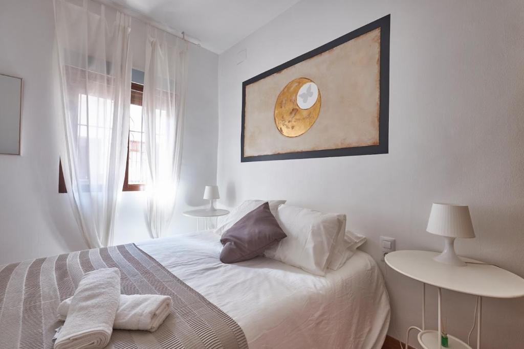 A bed or beds in a room at Pisos con Azotea y Patio - Plaza de Estrella - ToledoRooms