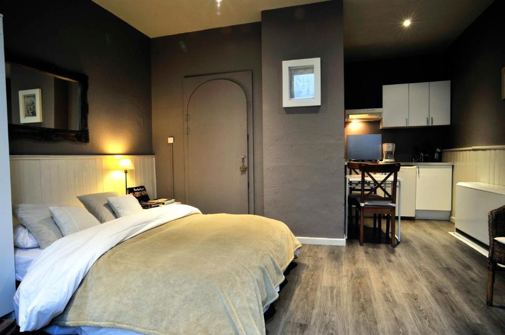 A bed or beds in a room at studio et appartement La Tête en l'Air