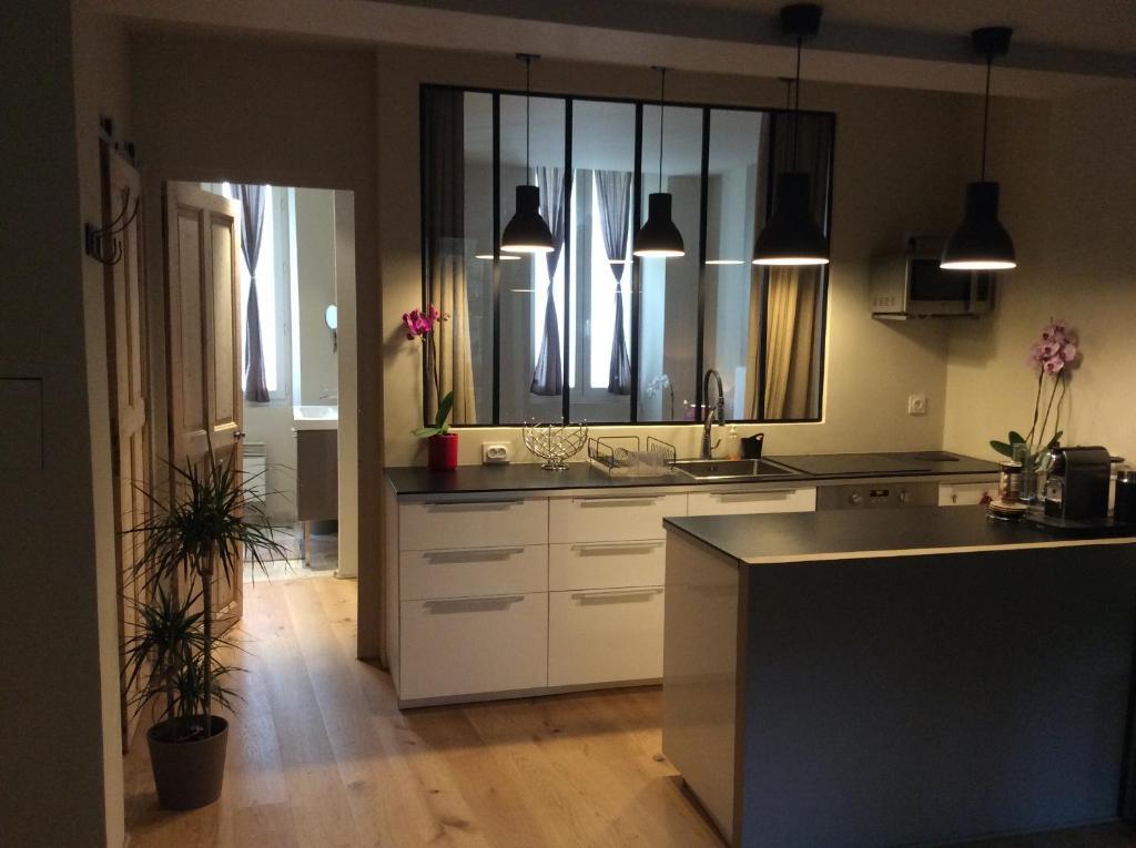 A kitchen or kitchenette at T2 centre ville avec extérieur
