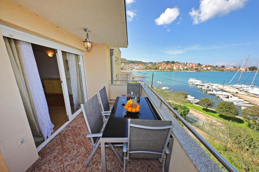 A balcony or terrace at Apartmani Junto