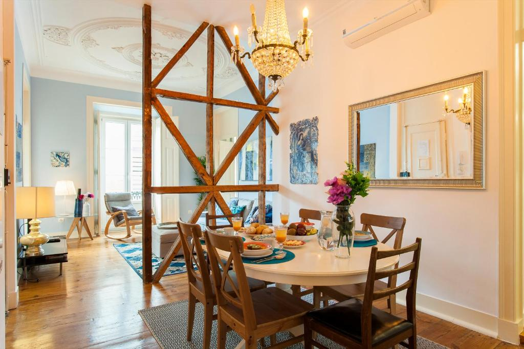 A restaurant or other place to eat at Bairro Alto 3 Bedroom Patio Flat!