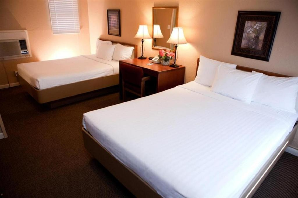 A bed or beds in a room at Oregon Trail Inn