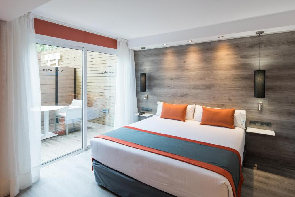 A bed or beds in a room at Catalonia Mikado