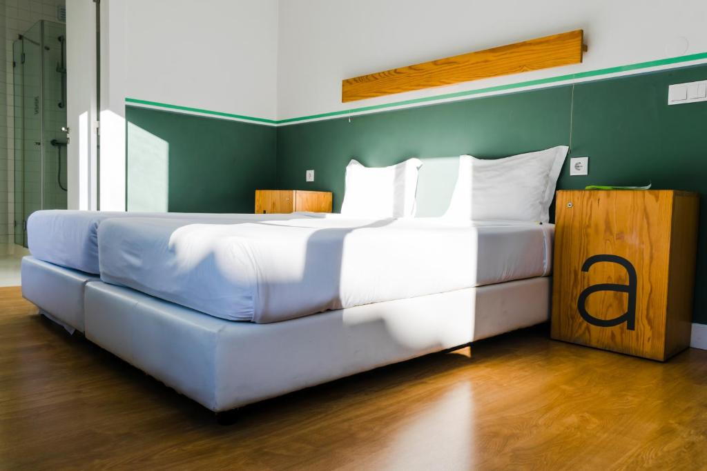 سرير أو أسرّة في غرفة في بيت شباب فور يو