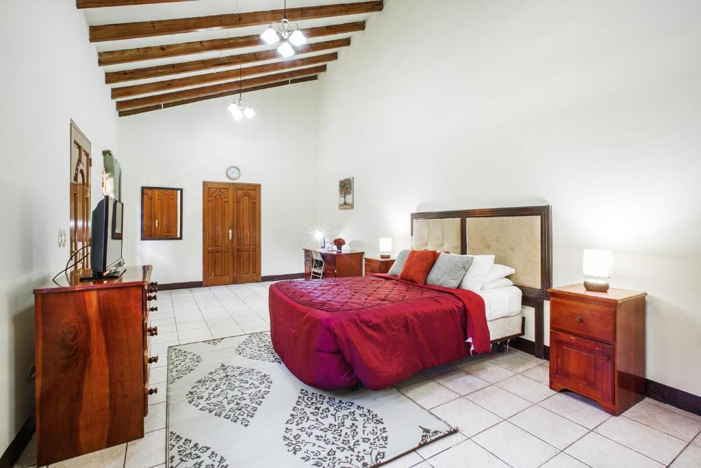 A bed or beds in a room at Hostal Los Octavianos