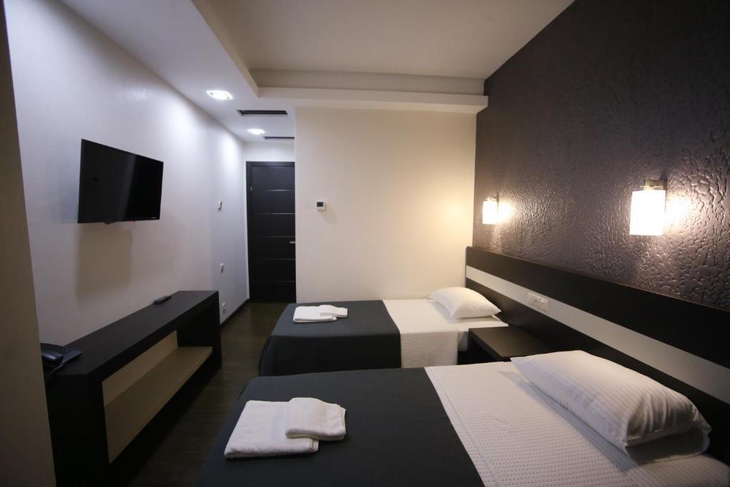 سرير أو أسرّة في غرفة في فندق ويست تاور