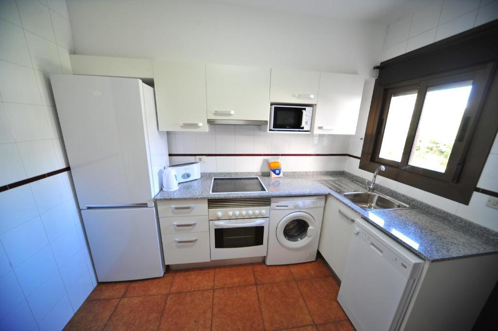 A kitchen or kitchenette at Apartamentos Orange Park Orange Costa