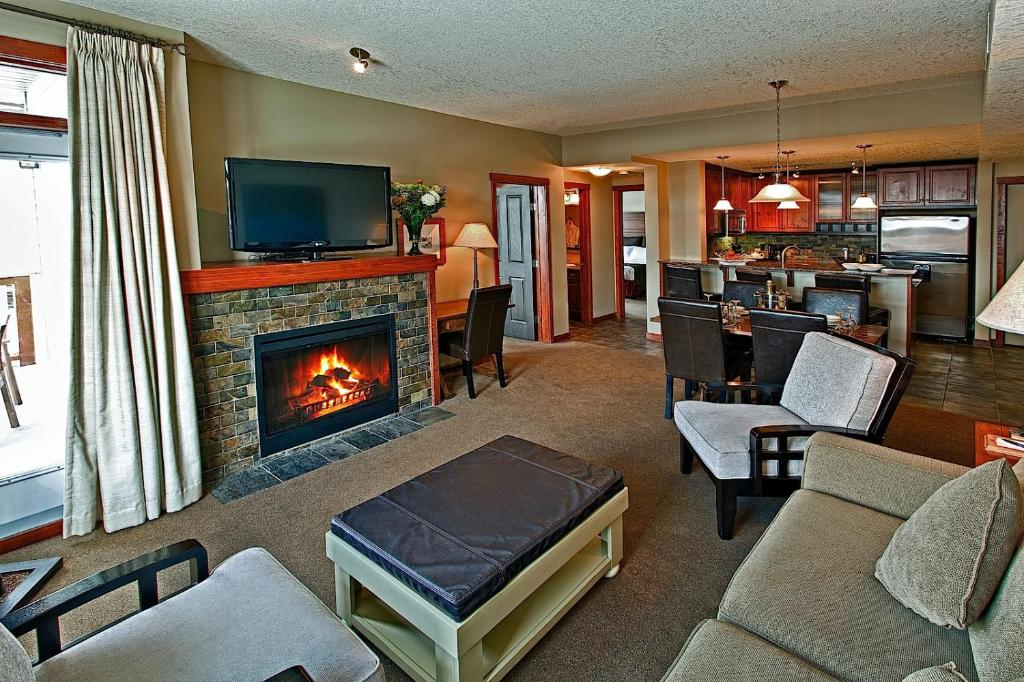 A seating area at Suites at the Blackstone Mountain Lodge Condo