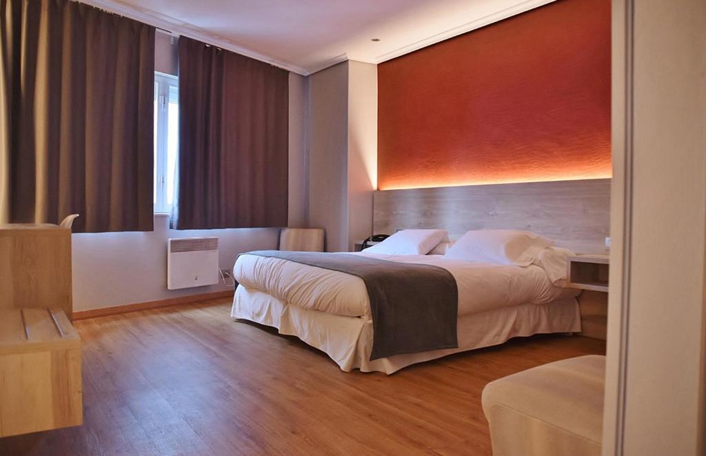 Cama o camas de una habitación en Hospedium Hotel La Marina Costa da Morte