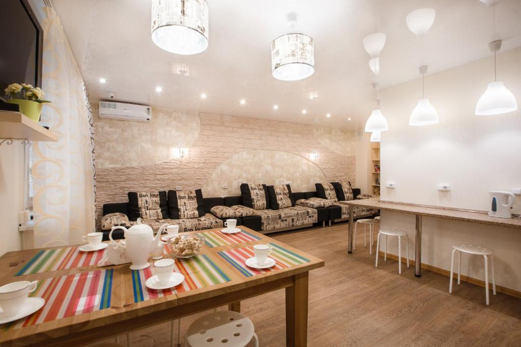 A restaurant or other place to eat at Hostel Uspenskiy Dvor