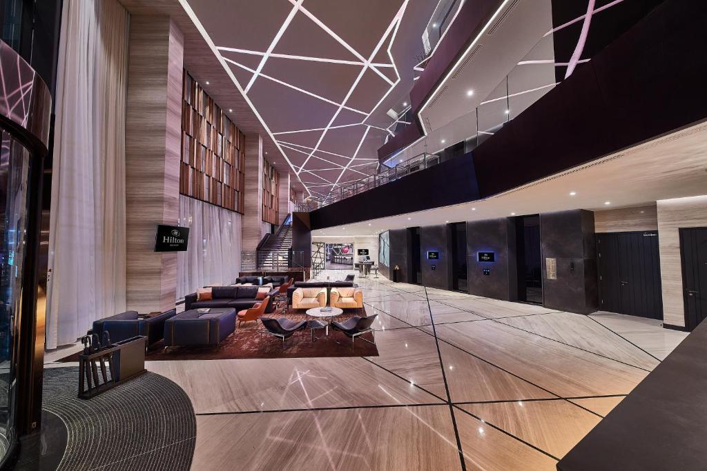 Un restaurante o sitio para comer en Hilton Belgrade