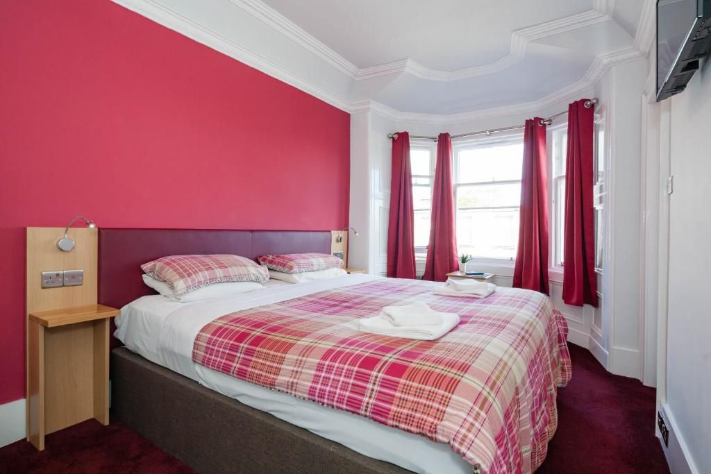 A bed or beds in a room at Regent House Hotel - B&B