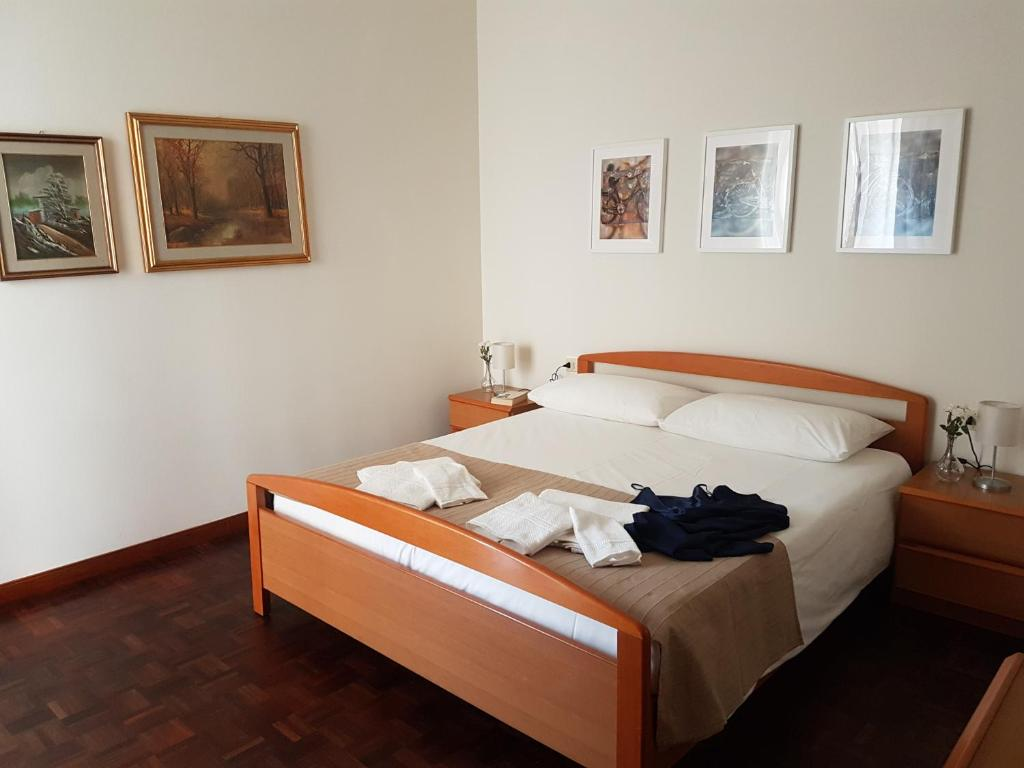 A bed or beds in a room at Appartamento Ai Pini