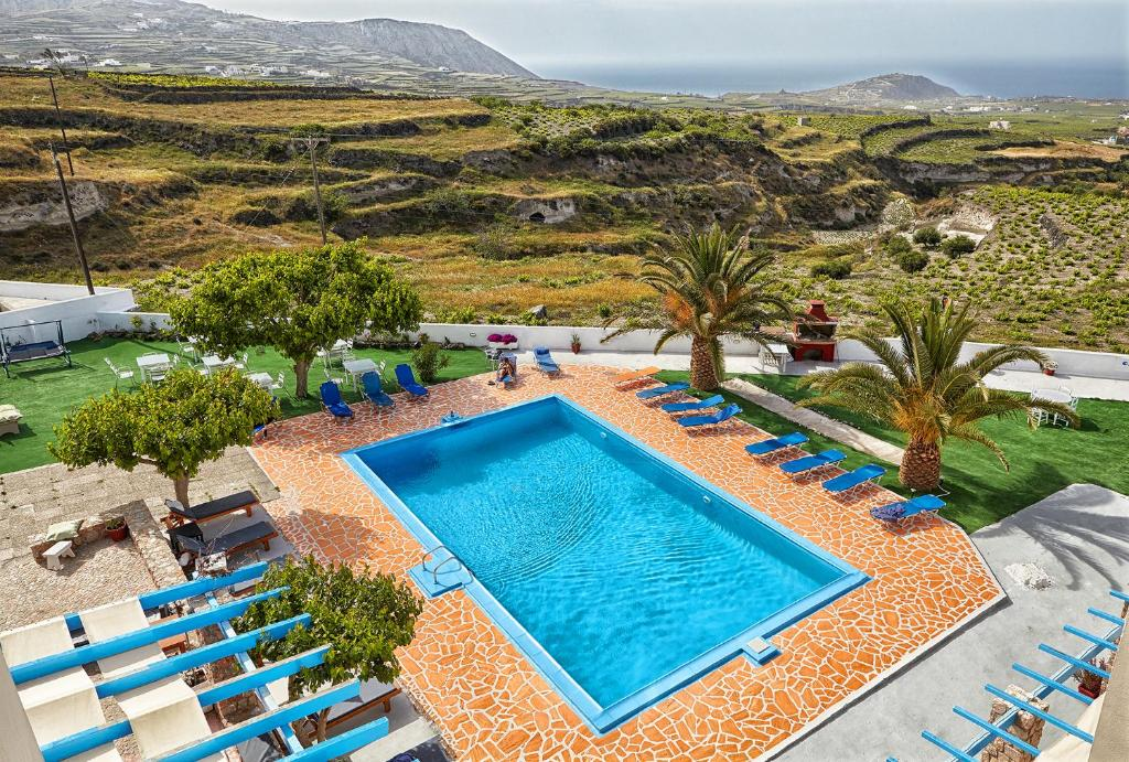 A view of the pool at Zorbas Hotel Santorini or nearby
