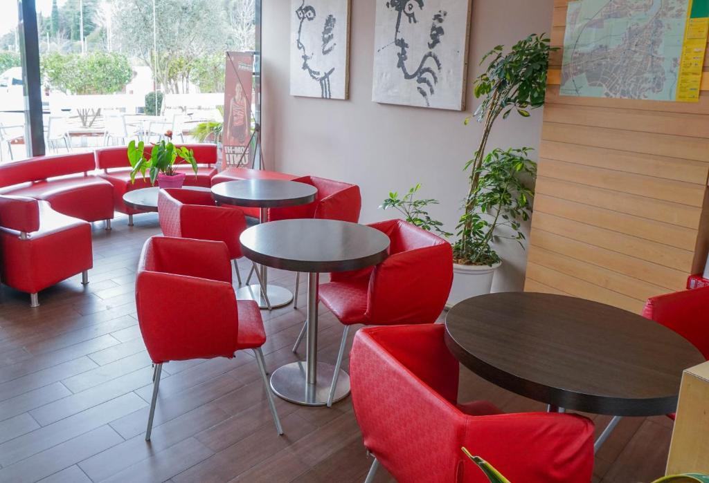 The lounge or bar area at Ibis Girona