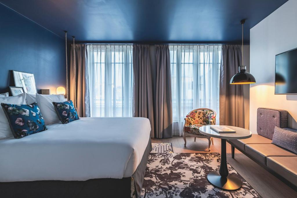 A bed or beds in a room at Le Belleval