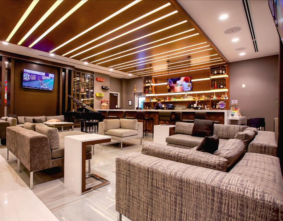 O lounge ou bar de Wingate by Wyndham Miami Airport