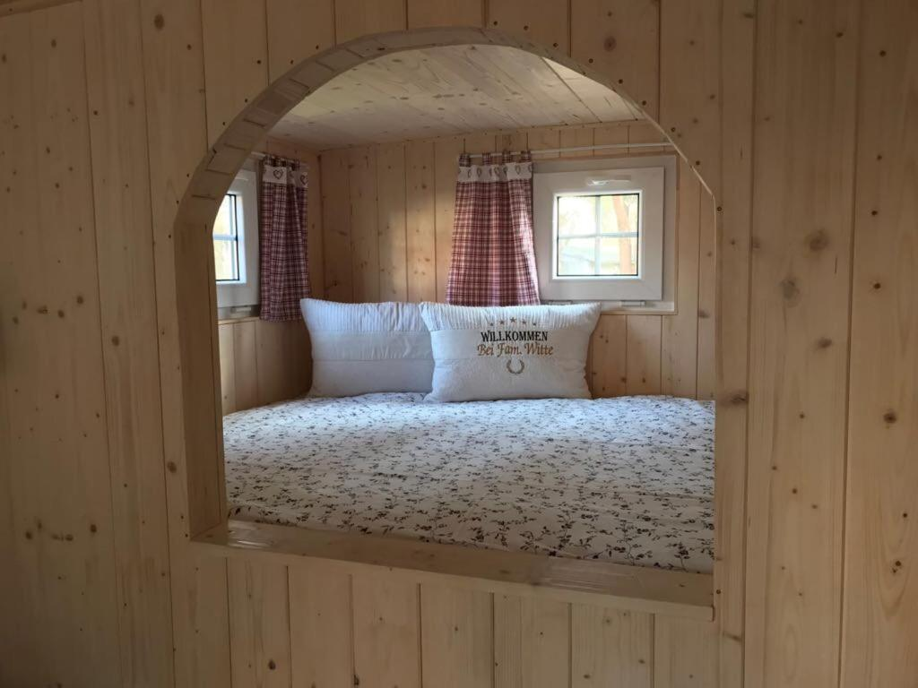 A bed or beds in a room at Stilvoller Bauwagen im Berlin-Köpenick