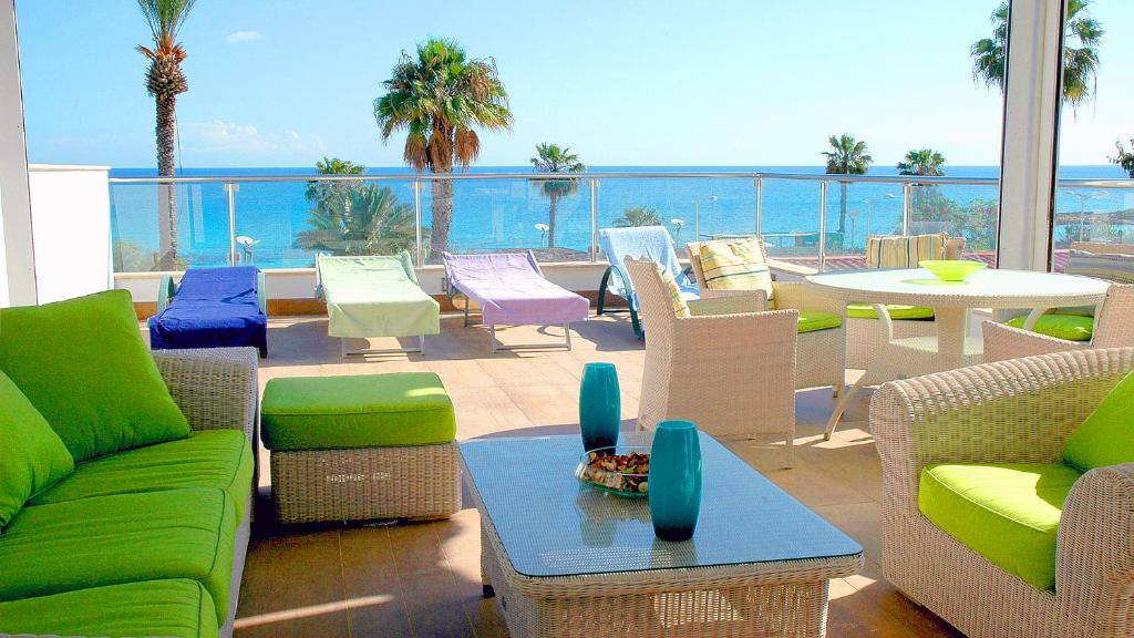 A restaurant or other place to eat at Pallinion Apartment Beachfront