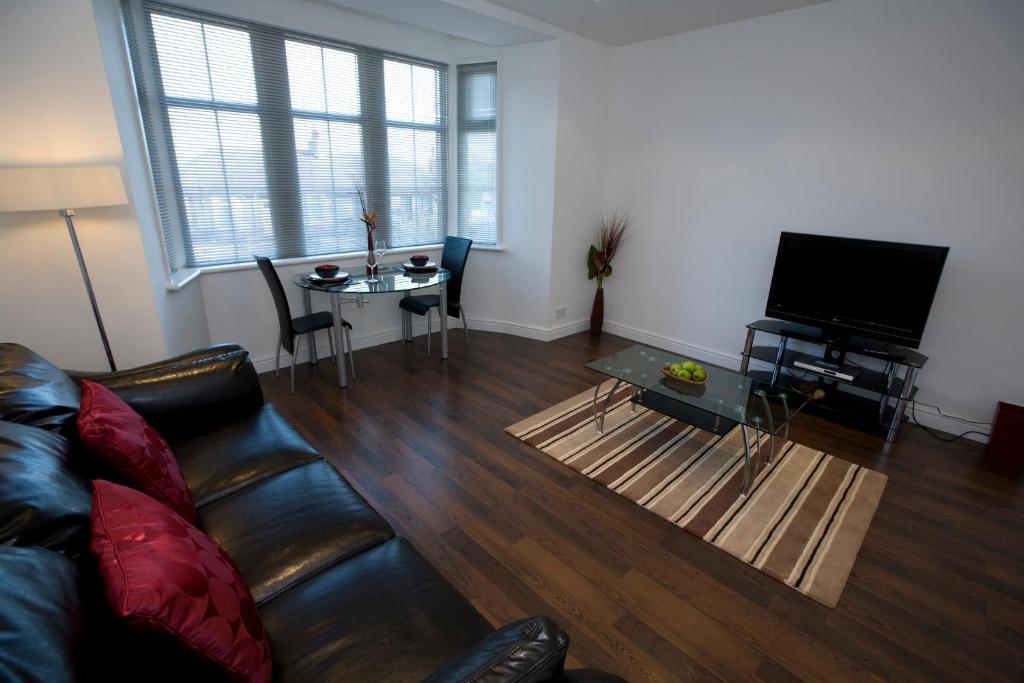 Телевизор и/или развлекательный центр в Aberdeen Serviced Apartments - The Lodge
