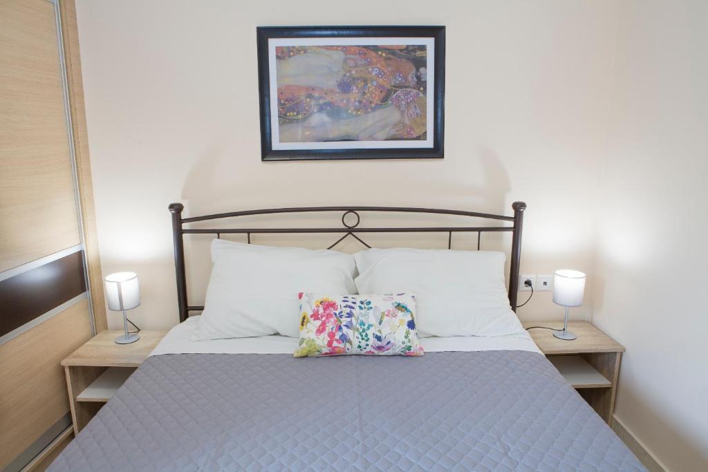 Łóżko lub łóżka w pokoju w obiekcie Remezzo Apartments