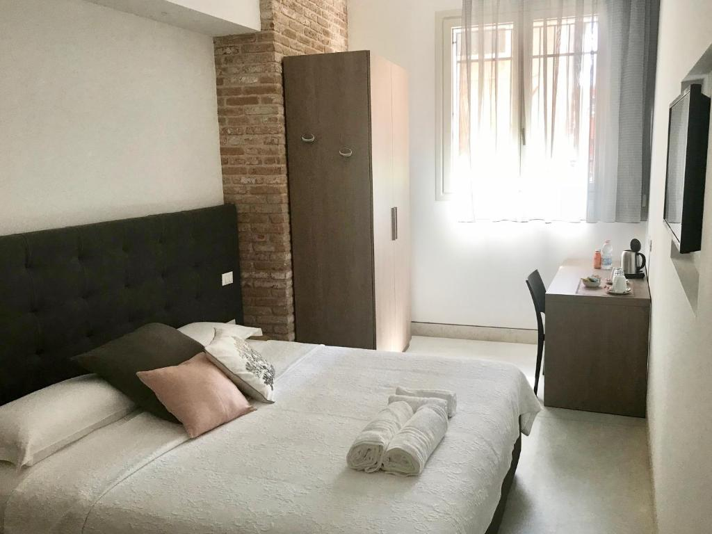 A bed or beds in a room at Al Pozzo di Luce Venezia Suites