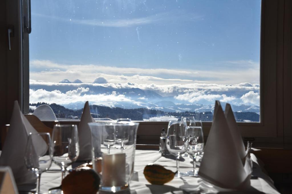 Ein Restaurant oder anderes Speiselokal in der Unterkunft Panorama Hotel Bärnsicht