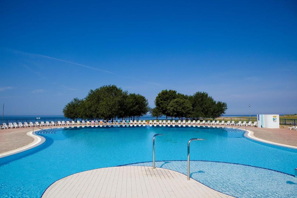 Swimmingpoolen hos eller tæt på Apartments Polynesia Plava Laguna