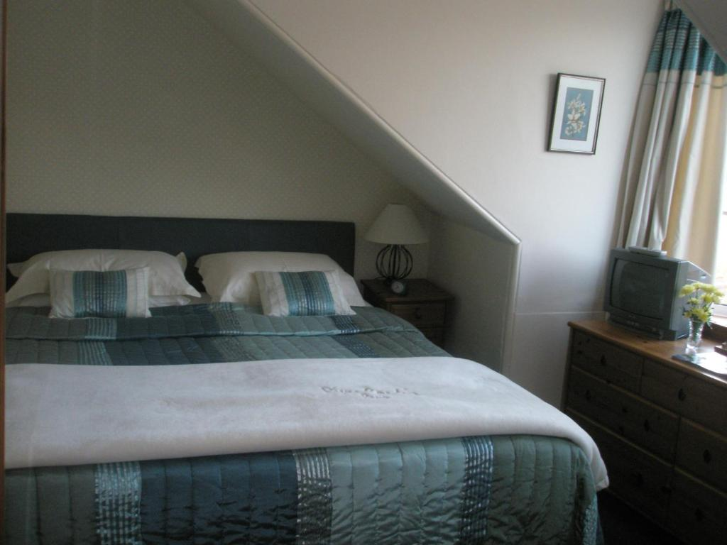 A bed or beds in a room at Firhill B&B