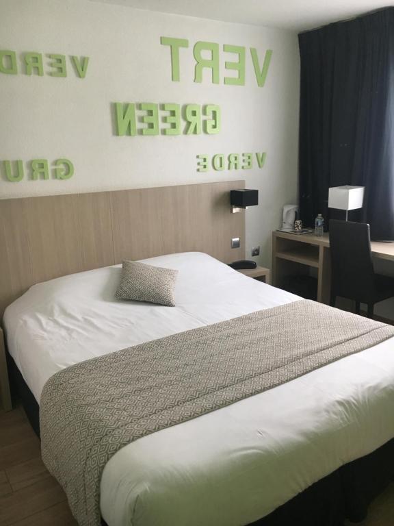 A bed or beds in a room at Hôtel Relais d'Étretat