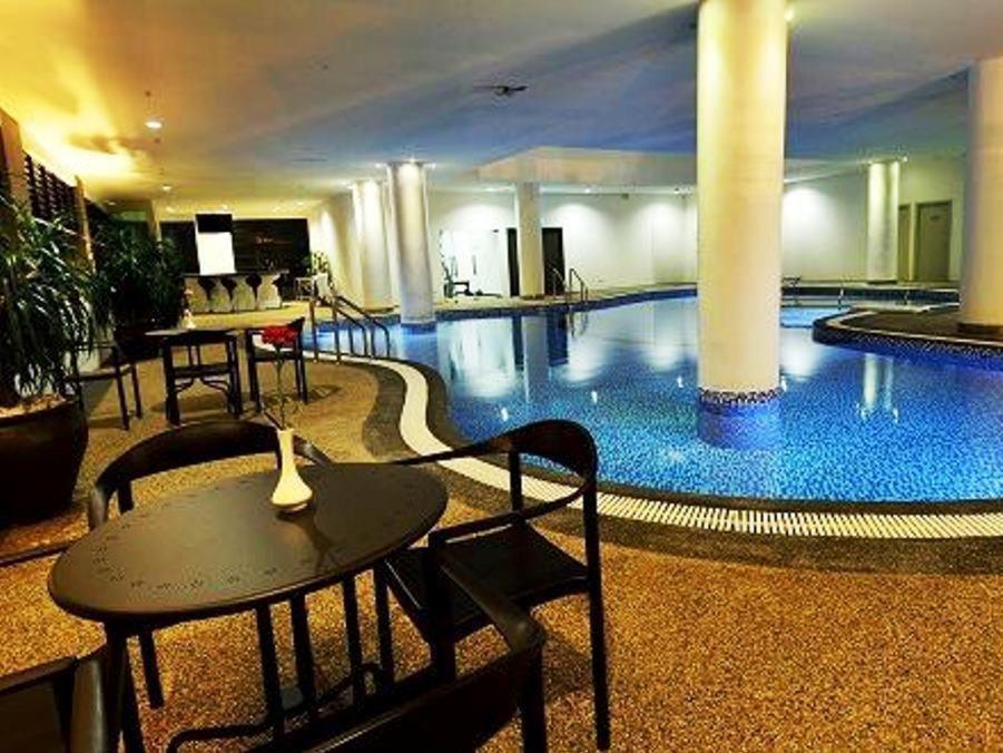 Kolam renang di atau dekat dengan Holiday Villa Hotel & Suites Kota Bharu