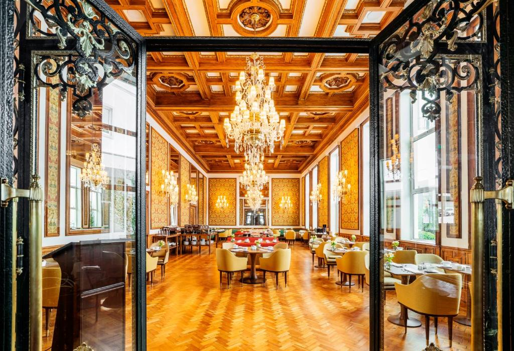 A restaurant or other place to eat at Infante Sagres – Luxury Historic Hotel