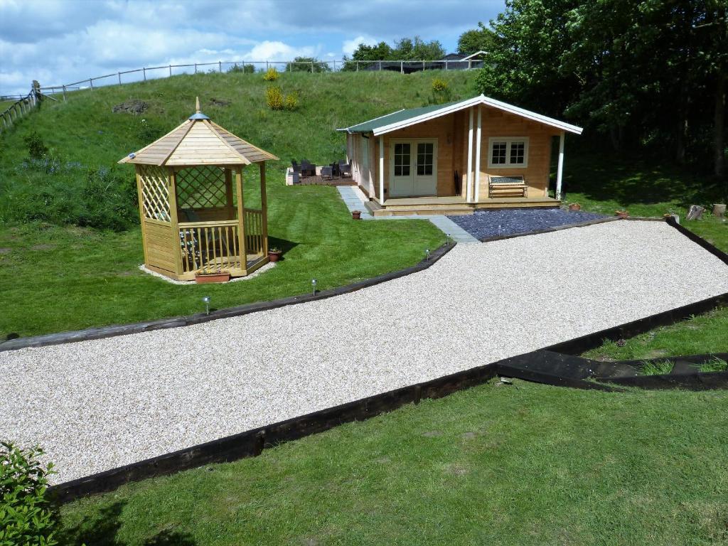 A garden outside Dollys Hideaway Cabin