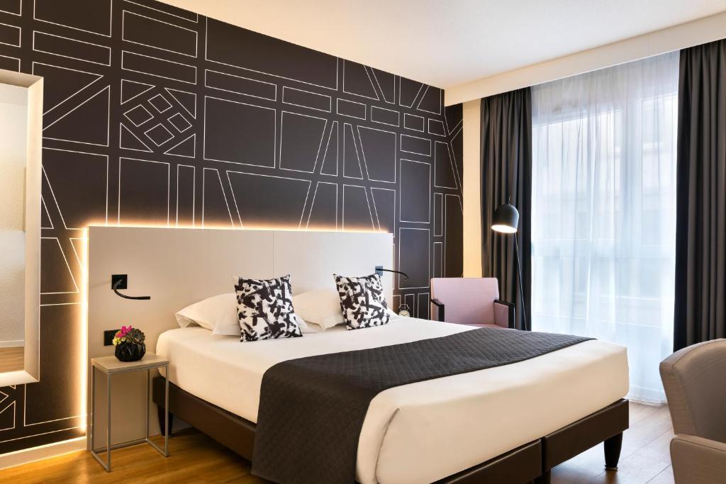A bed or beds in a room at Citadines Kléber Strasbourg