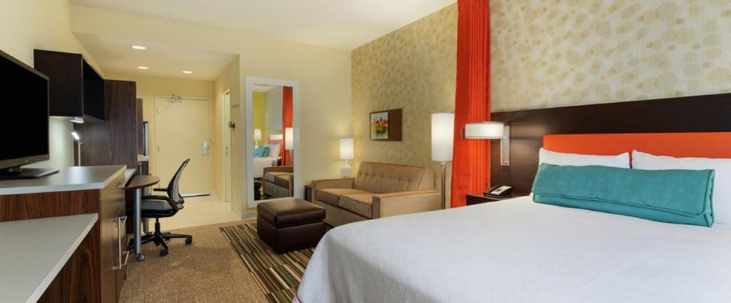 A bed or beds in a room at Home2 Suites By Hilton Plymouth Minneapolis