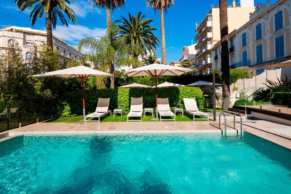 The swimming pool at or close to Hôtel Le Canberra