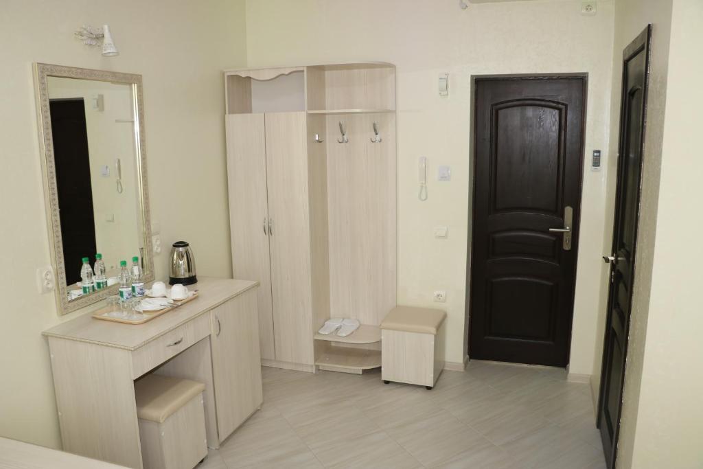 Двухместный номер с двуспальной кроватью и дополнительной кроватью: фотография номер 12
