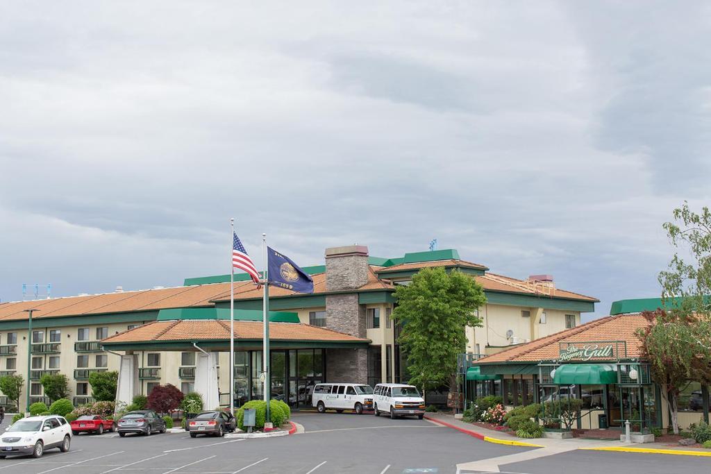 Rogue Regency Inn & Suites.