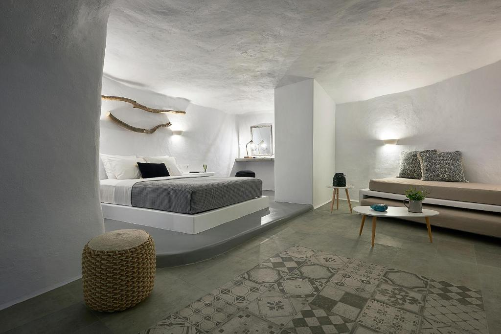 A bed or beds in a room at Terra Mare Cavehouse