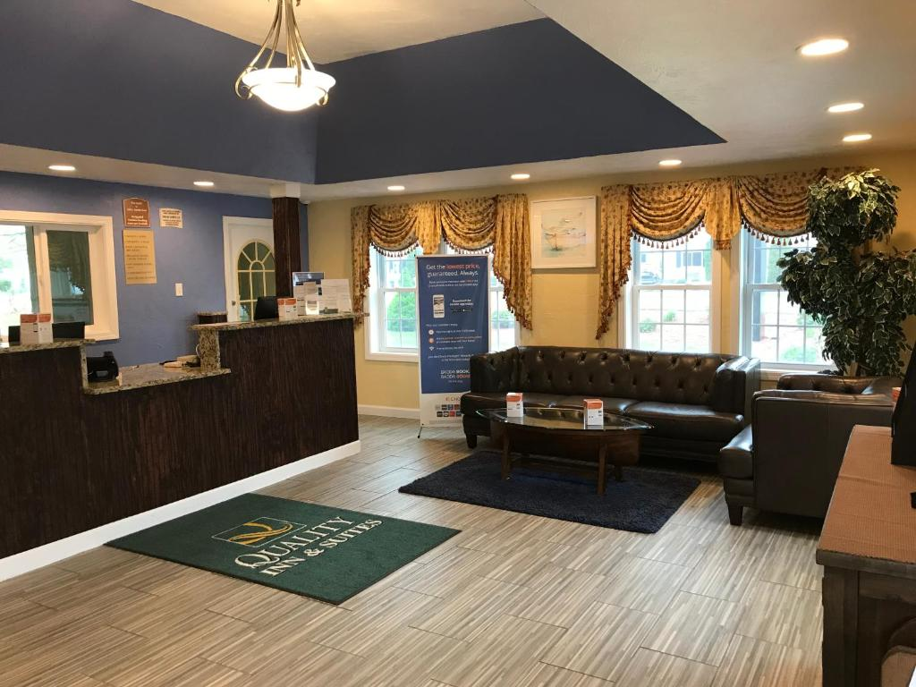 The lobby or reception area at Quality Inn West Yarmouth