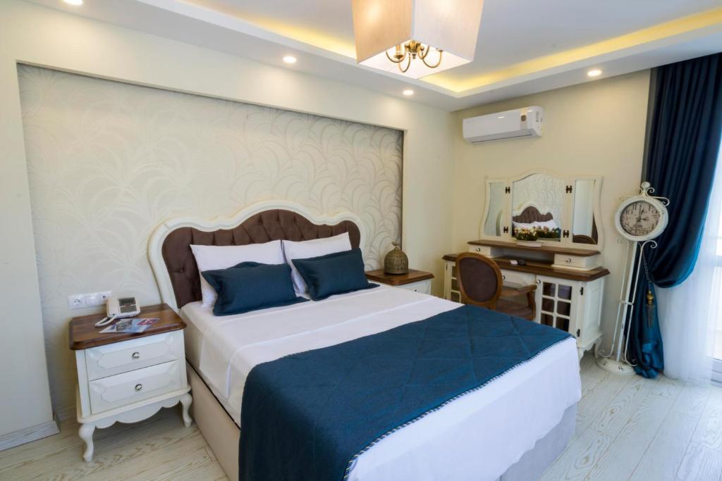 سرير أو أسرّة في غرفة في أندلس سويت هوتيل