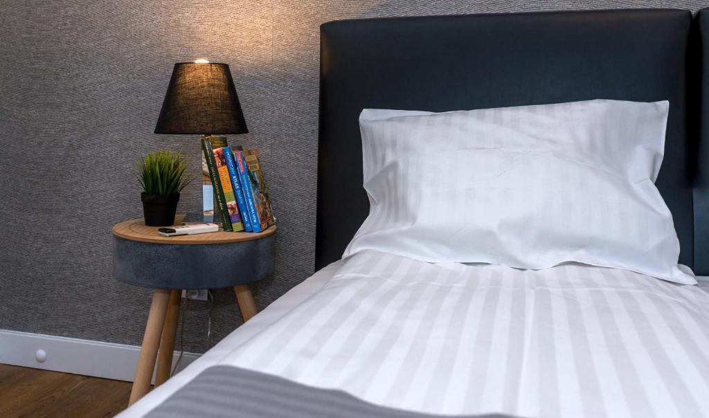 A bed or beds in a room at Apartament Maximum