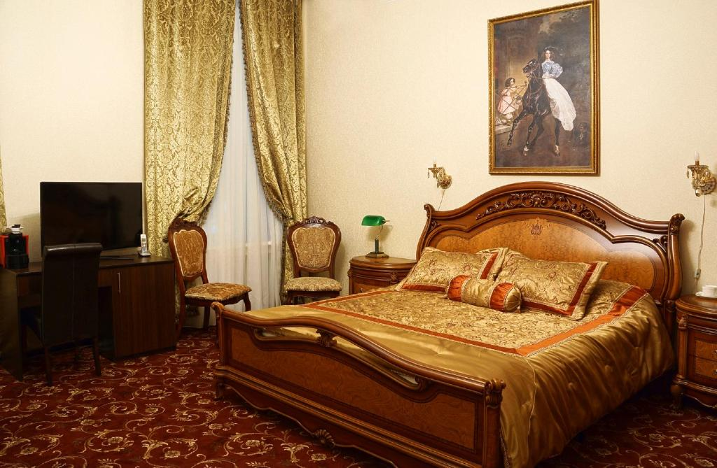 A bed or beds in a room at Hotel Kamergersky