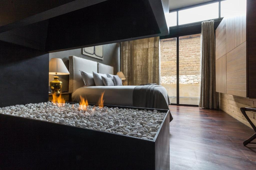 A bed or beds in a room at Uvence Arte + Hotel