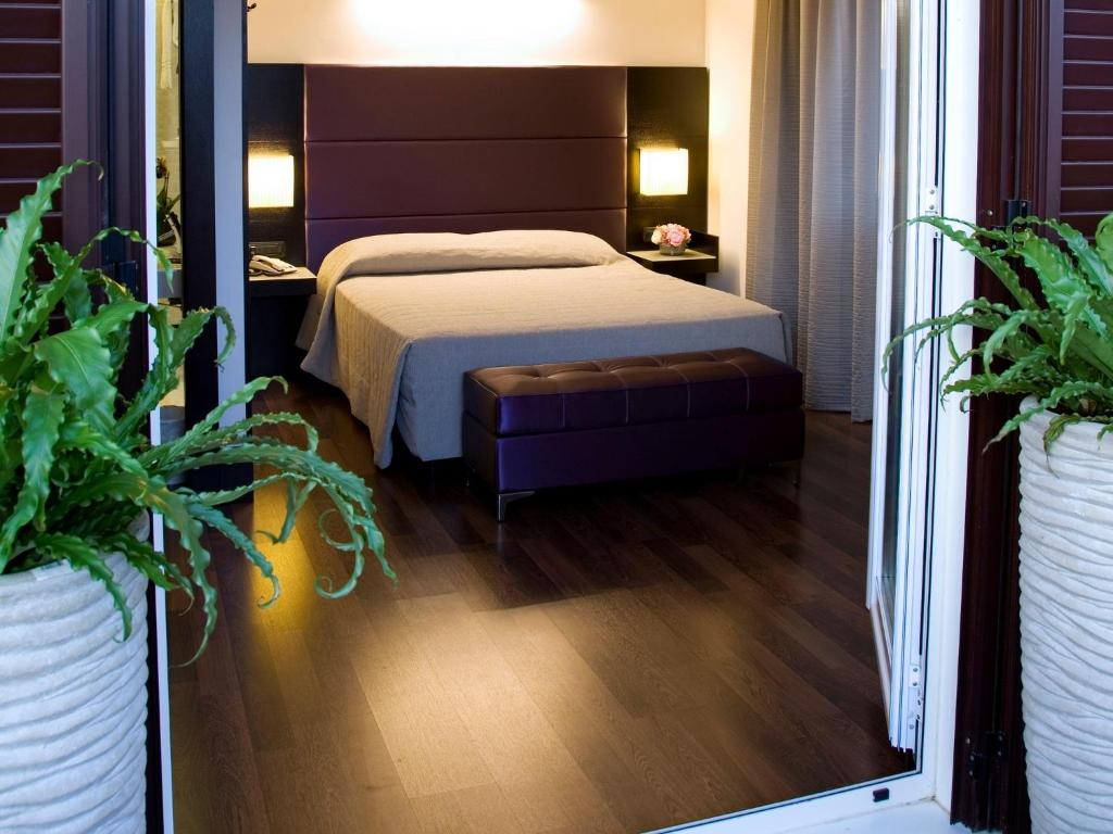 A bed or beds in a room at Hotel Caprice