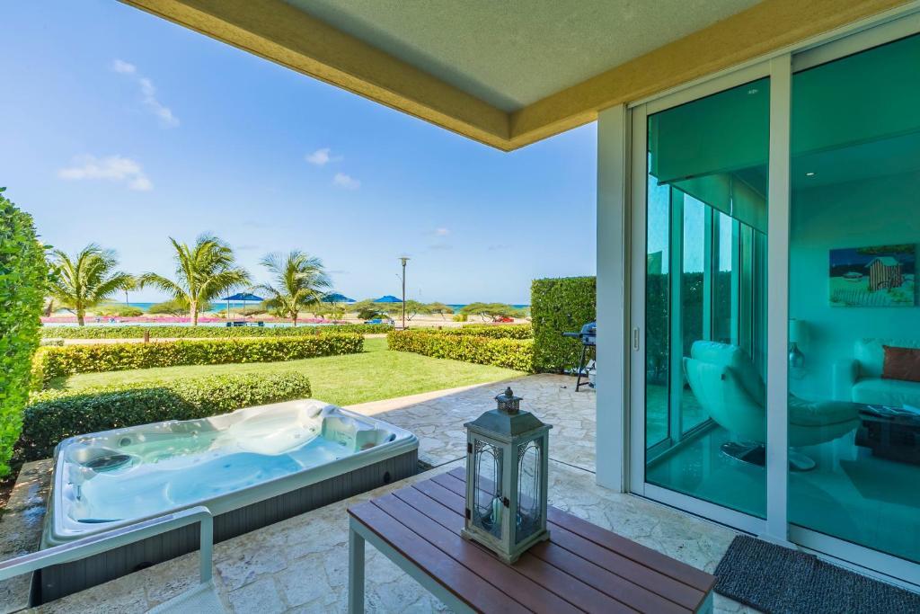 Uma vista da piscina em Blue Residences ou nos arredores