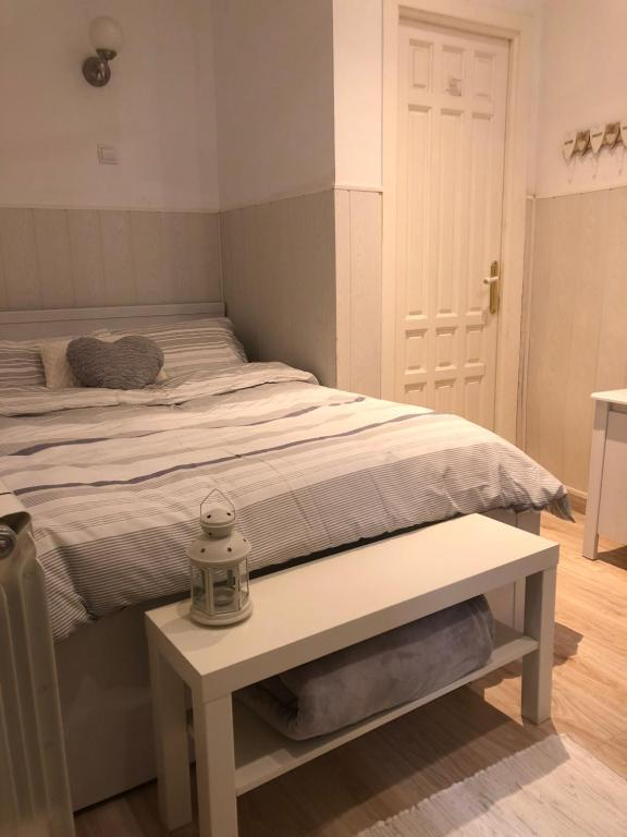 A bed or beds in a room at Hostal del Quijote
