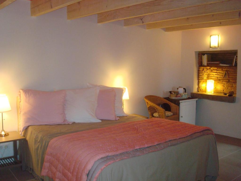A bed or beds in a room at Chambre d'hôtes Les Plaisances