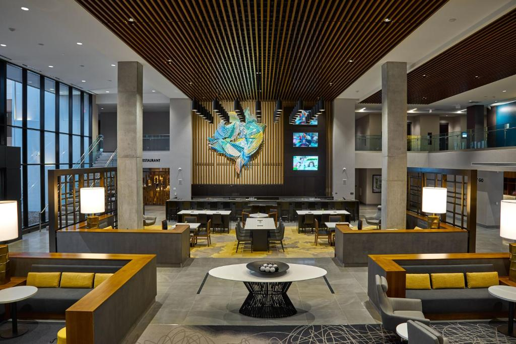 The lounge or bar area at Hilton Des Moines Downtown