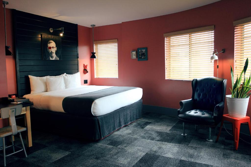 A bed or beds in a room at Hotel Gaythering - Gay Hotel - All Adults Welcome